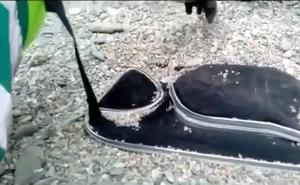 Unas limpiadoras encuentran unas maletas llenas de armas falsas escondidas en una playa de Almuñécar