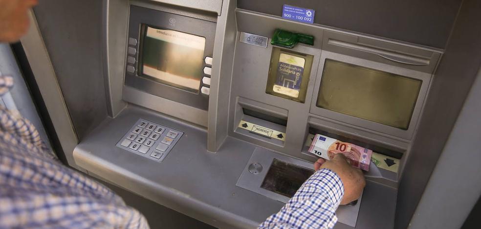 La Policía Local de Granada recomienda evitar sacar dinero en cajeros «apartados o desolados»
