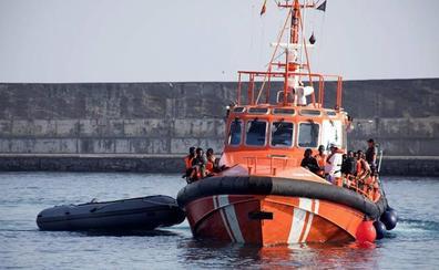 Trasladan a Motril a 64 rescatados de una patera: dos de ellos estaban en una moto acuática a la deriva