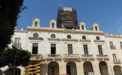 La Casa Consistorial recuperará la placa que corona la entrada principal