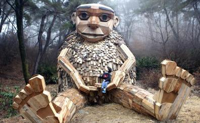 Cuarenta gigantes de madera reciclada en bosques de todo el mundo