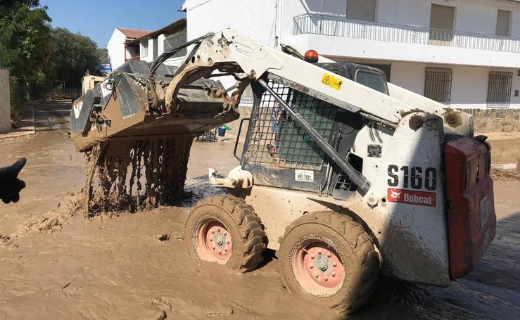 Los vecinos de Campotéjar trabajan para limpiar el pueblo después de la inundación