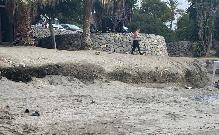 El Ayuntamiento repara el escalón de Marina del Este