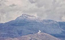 Una granizada deja un manto blanco sobre Sierra Nevada