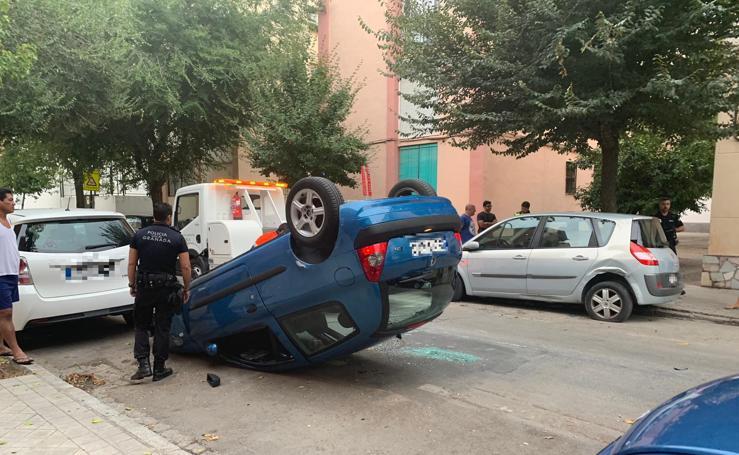 Así ha quedado el coche que ha volcado en el Zaidín tras perder el control en un giro