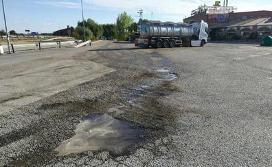 Bomberos sellan una fuga de ácido de un camión en una estación de servicio, en Santa Elena