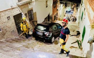 Sorpresa por un accidente en la Circunvalación con un coche atascado en las escaleras