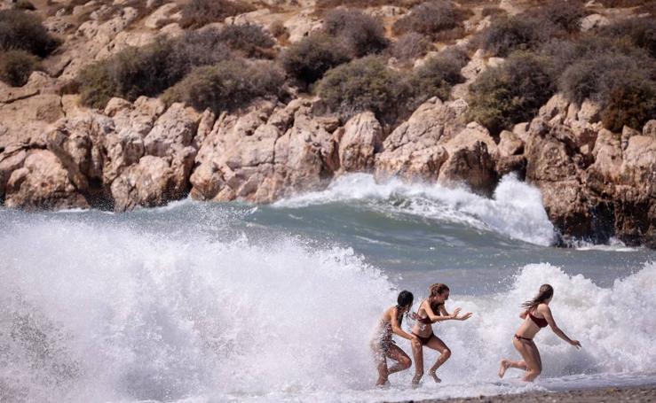 Un temporal de viento y fenómenos costeros azota la Costa Tropical