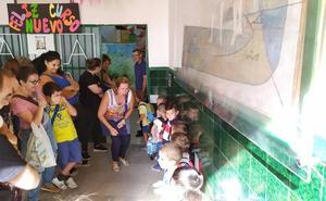 Sonrisas, lágrimas y 'locura' en el primer día de cole con menos niños y más maestros
