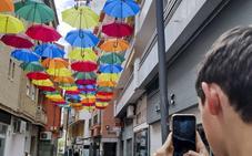 Así lucen las calles de Motril decoradas con paraguas de colores
