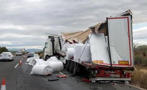 Abierto al tráfico el carril cortado en la A-44 en Mengíbar tras retirarse los camiones accidentados