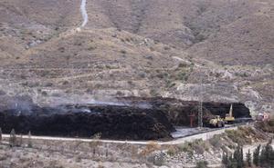 Extinguido el conato de incendio forestal vinculado al fuego de la planta de Motril, que sigue activo