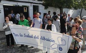 Los vecinos del Albaicín exigen explicaciones a los responsables políticos por la falta de médicos
