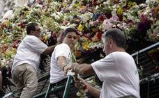Cuatro décadas ofreciendo flores a la Virgen de las Angustias