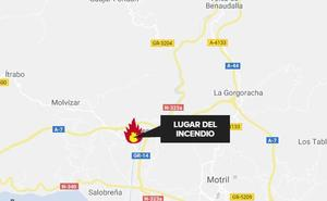 Un bombero sufre un golpe de calor en el incendio de una granja en Molvízar