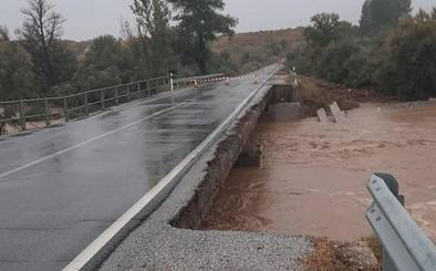 Avenidas de agua en Baza y numerosas inundaciones de bajos de casas