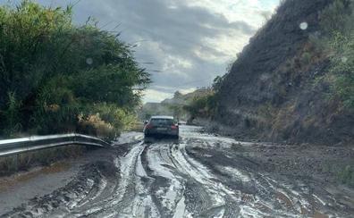 Una quincena de carreteras siguen afectadas en la provincia, y tres están cortadas al tráfico