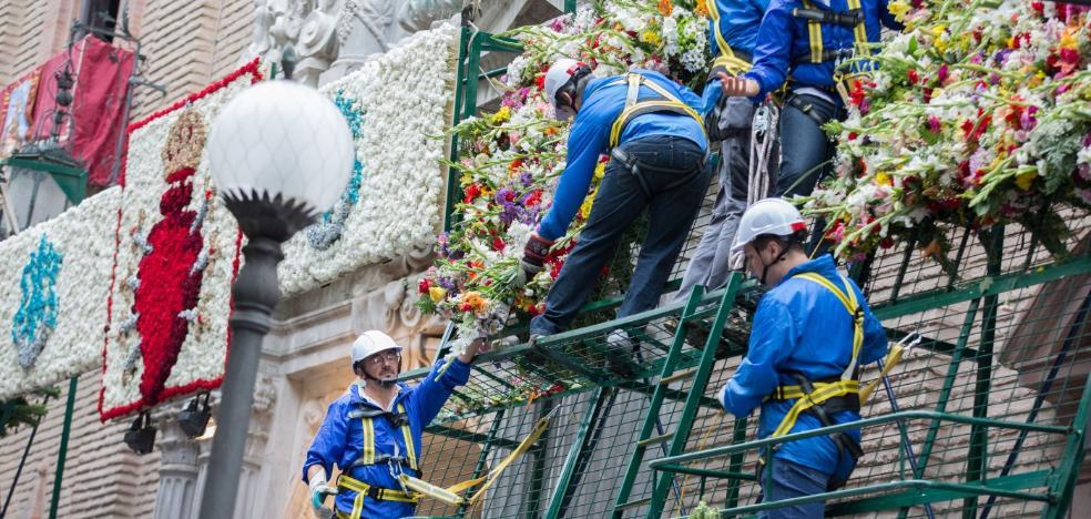 Granada lleva flores a su Patrona