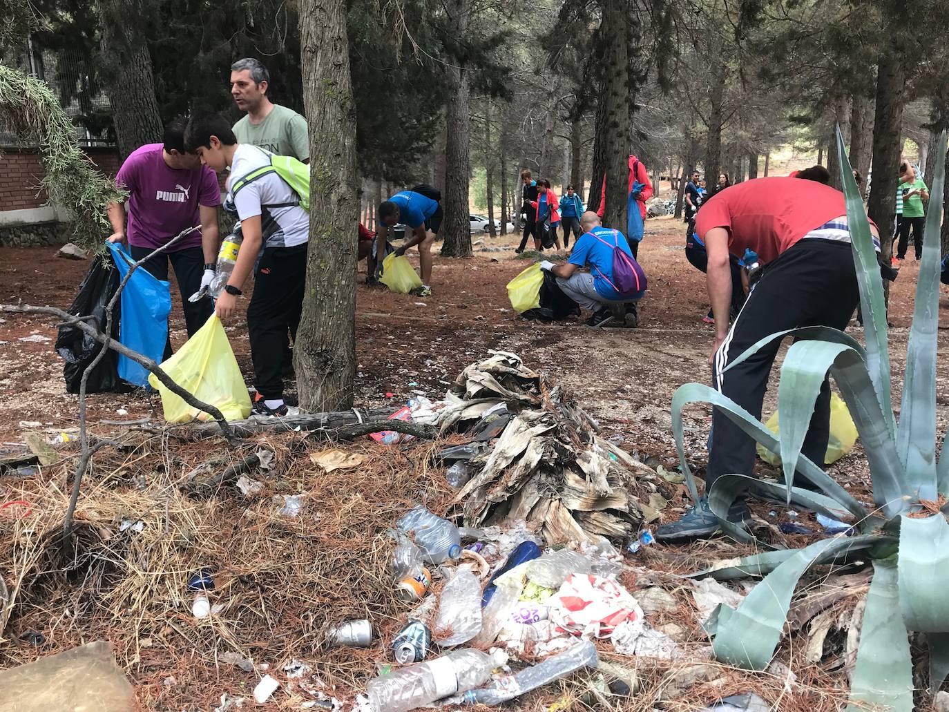 40 voluntarios limpian el parque del Cerro de Santa Catalina