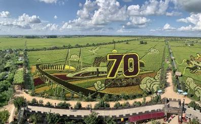 Propaganda en el arrozal por el aniversario chino
