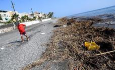 Las playas de Granada, llenas de basura tras el temporal