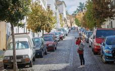 Movilidad restringe el tráfico en la Cuesta de la Alhacaba y quita una fila de aparcamientos