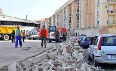 Derribo accidental de un muro del Parque de Bomberos de Linares