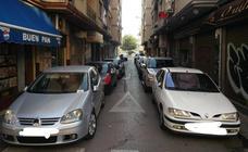 Colapsan una calle de Granada incumpliendo el aparcamiento quincenal y la grúa se lleva los coches