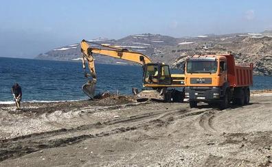Albuñol inicia la limpieza de las playas tras la aparición de kilos de cañas y residuos