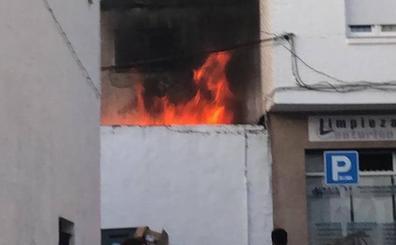 Los Bomberos sofocan un gran incendio en una vivienda de La Herradura