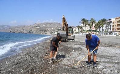 La Costa elimina la basura de sus playas