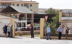 Fallece un hombre al caerle encima un tractor y su carga de alpacas en Alhendín