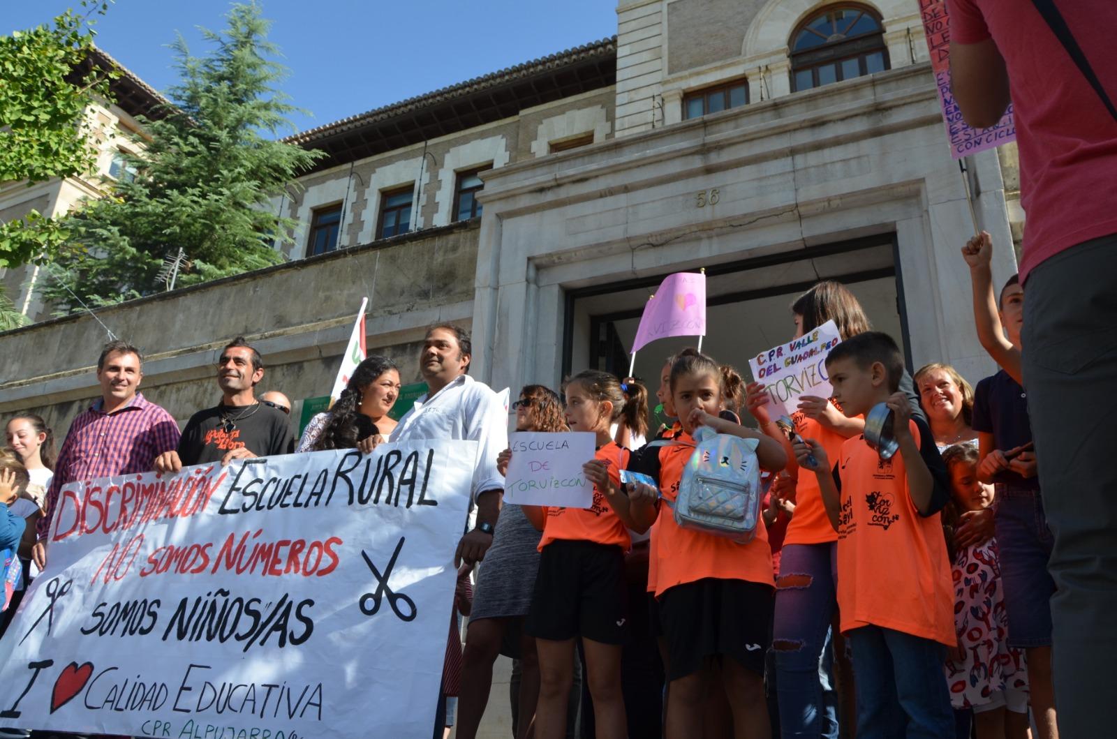 Decenas de familias de la Alpujarra se manifiestan en Granada para criticar la falta de profesores en la comarca