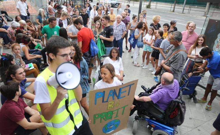 Medio millar de granadinos se unen a la protesta contra el cambio climático