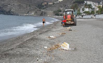 La marea arrastra de nuevo a la Costa los restos del temporal