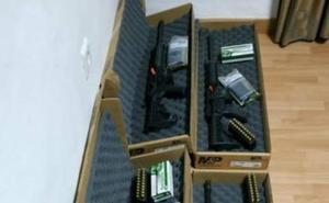 Dos arrestados por llevar cuatro rifles con munición en un coche por la A-92