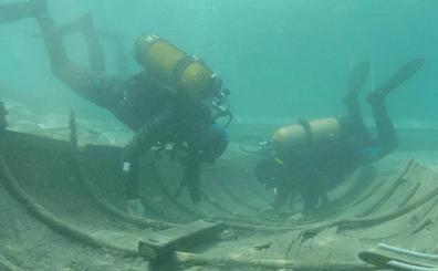 El barco fenicio de Mazarrón, hundido hace 2.600 años, seguirá seis meses más sumergido