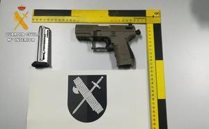 La Guardia Civil requisa una pistola y cuatro fusiles en dos controles de carretera en Granada