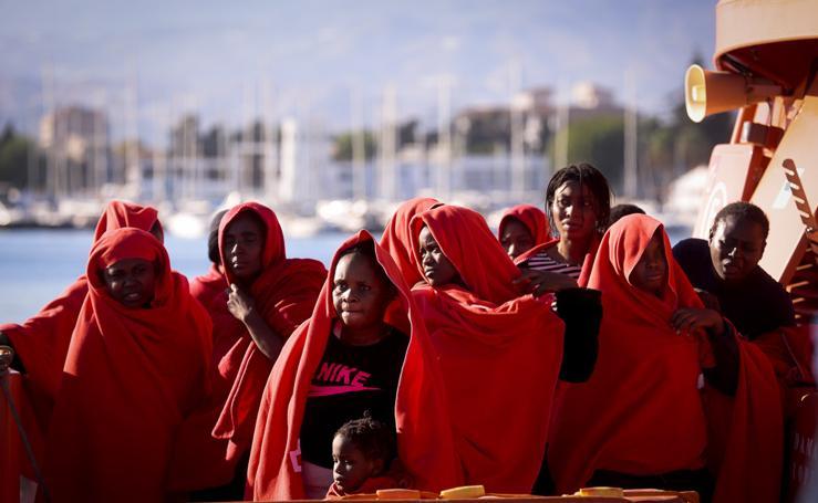 Llegan a Motril 67 inmigrantes rescatados de una lancha neumática y de moto acuática