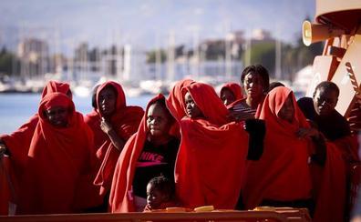 Trasladan a Motril a 67 inmigrantes rescatados de una lancha neumática y una moto acuática