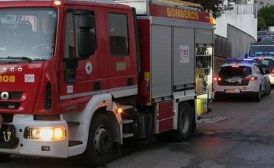 Los bomberos rescatan a una menor del interior de un turismo estacionado
