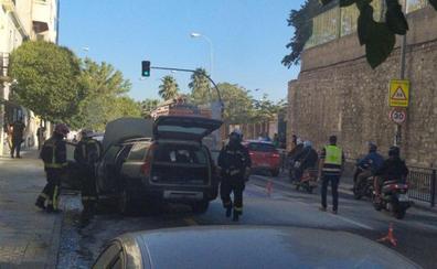 Bomberos de Granada apaga el incendio de un vehículo en el Paseo de Cartuja
