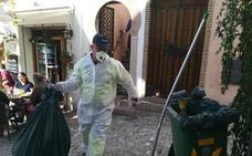 El Ayuntamiento de Granada comienza a limpiar la vivienda del vecino del Albaicín que acumulaba basura