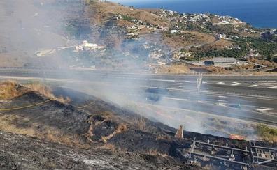 Los bomberos de Almuñécar sofocan un incendio en la zona de la Loma del Gato