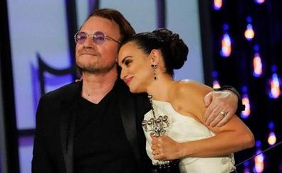 Bono entrega un Premio Donostia para la historia a Penélope Cruz