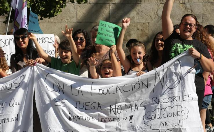 Así ha sido la concentración de esta mañana en Gran Vía contra el cierre de colegios en la Alpujarra