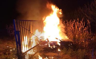 Encuentran en llamas un coche que puso en peligro a varios conductores en el sur de Granada