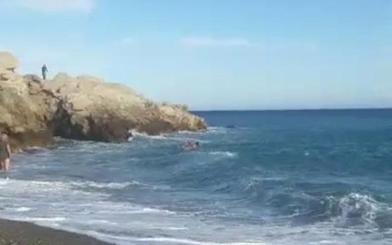 Un policía local y un ciudadano salvan a una pareja de ahogarse en Almuñécar