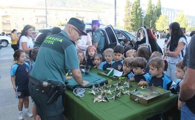 Un millar de escolares juegan a ser guardia civiles