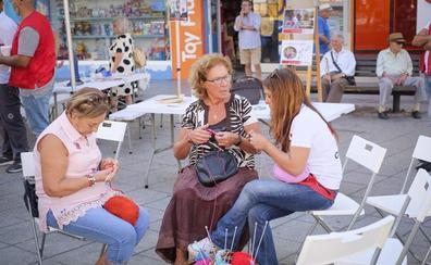 Cruz roja dedica su día de la banderita a las personas mayores